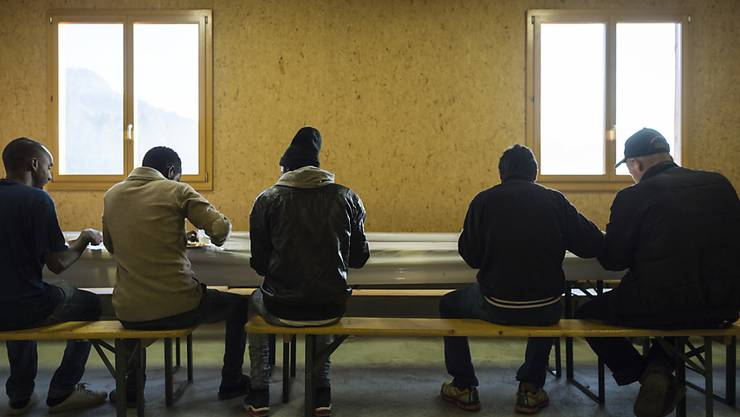 Asylbewerber warten oft monatelang auf einen Entscheid. Mit dem revidierten Asylgesetz würde das Verfahren beschleunigt. Dagegen hat die SVP das Referendum ergriffen. (Archivbild)