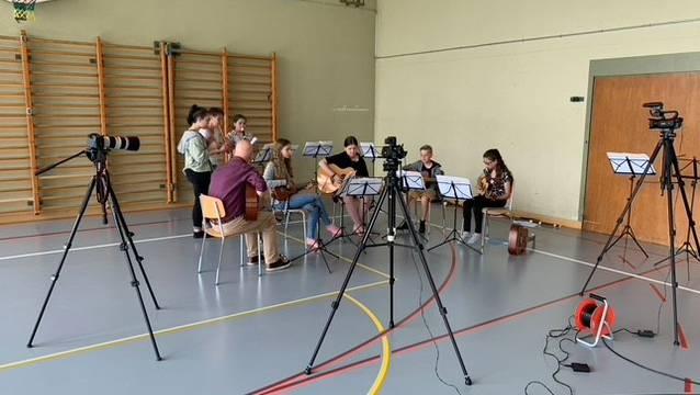 Musikschülerinnen und -Schüler bei der Aufnahme eines Videokonzerts