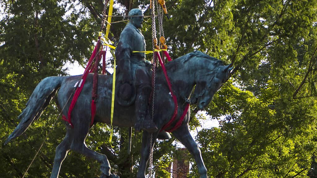 Umstrittene Statue von Südstaaten-General in Charlottesville entfernt
