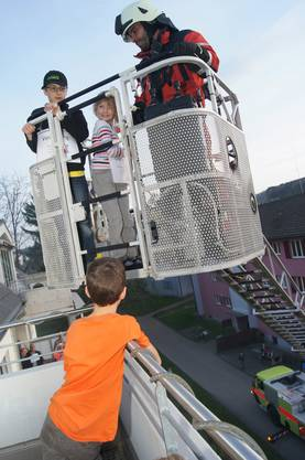 Mit der Autodrehleiter rettete die Feuerwehr Urdorf zuerst die Kinder vom Balkon