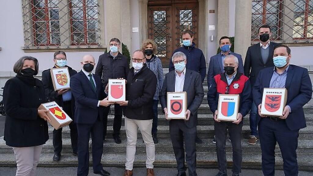 Der Schwyzer Staatsschreiber Mathias Brun (dritter von links) nahm im März die Unterschriften für die beiden Schwyzer Mittelschul-Initiativen entgegen - nun legt die Regierung zwei Gegenvorschläge vor.
