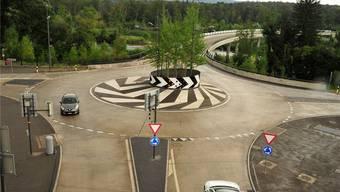 Ab durch die Mitte: Zum Crash kam es beim Kreisel südlich des Tunnels. Ueli Wild