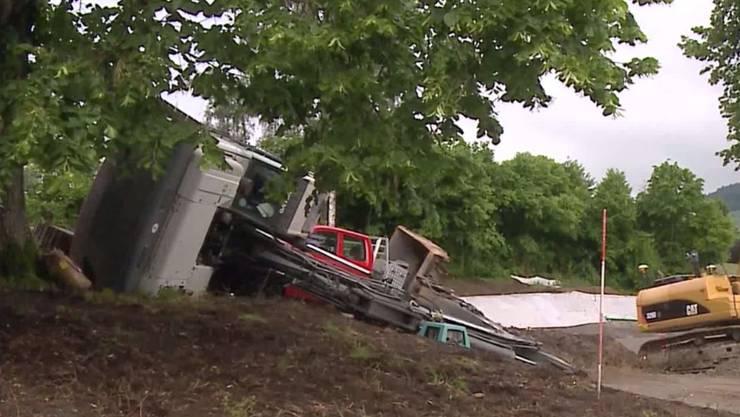 Dieser Bagger rutschte in Beinwil am See am Dienstagmorgen von einem Transport-Fahrzeug.
