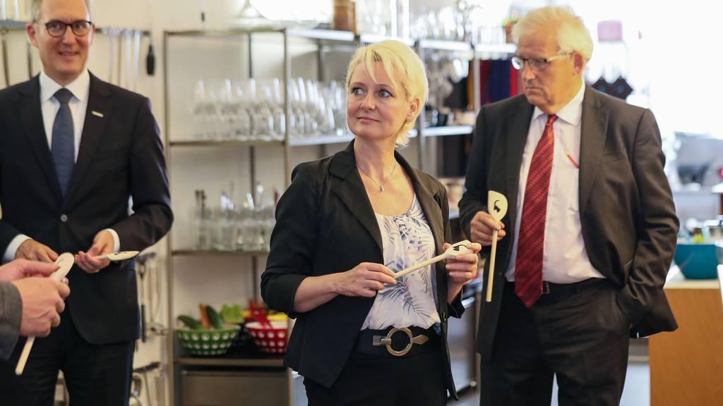 Statt Auslandsreisen haben Nationalratspräsidentin Isabelle Moret und Ständeratspräsident Hans Stöckli diesen Sommer Besuche in elf von der Coronakrise stark betroffenen Kantonen unternommen.