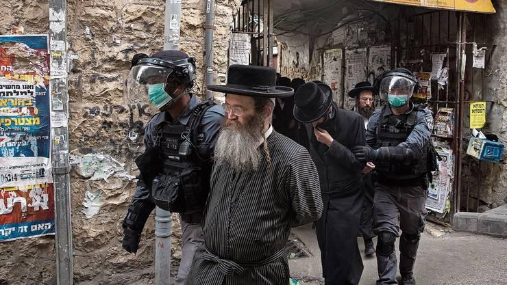 Die israelische Polizei führt in Jerusalem Ultraorthodoxe ab, die sich nicht an die Ausgangssperre hielten.