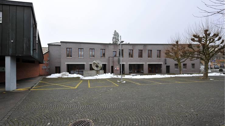 Der Eingang in der Mitte des Anbaus sollte geschlossen und nach ganz links versetzt werden – dort, wo er früher einmal war. Das hat zur Einsprache der Architekten geführt.