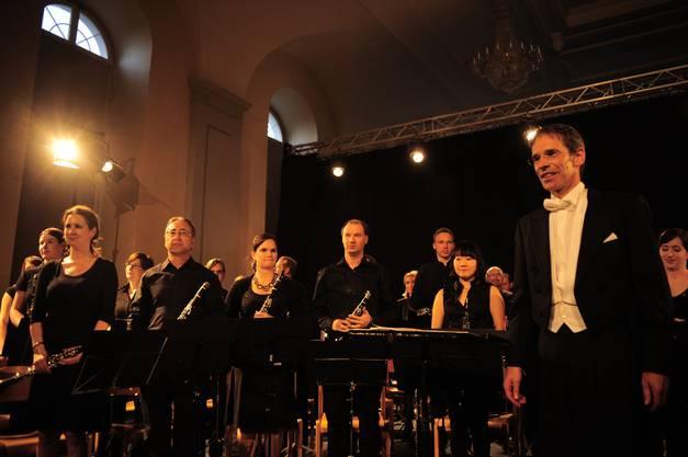 Orchester und Dirigent Karl Herzog bedanken sich für den Applaus