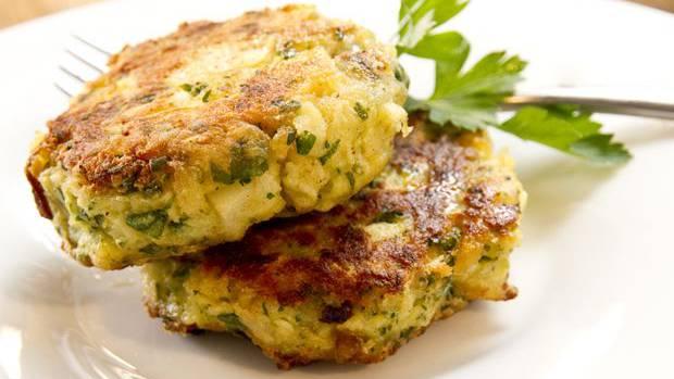 Dämpfen, formen, mischen, braten: So werden die Sellerie-Kartoffel-Küchlein gemacht.