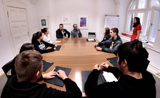 Martin Flury (BDP, vorne links) und Stephan Baschung (CVP, vorne rechts) diskutieren mit Jugendlichen aus Lebern und Bucheggberg