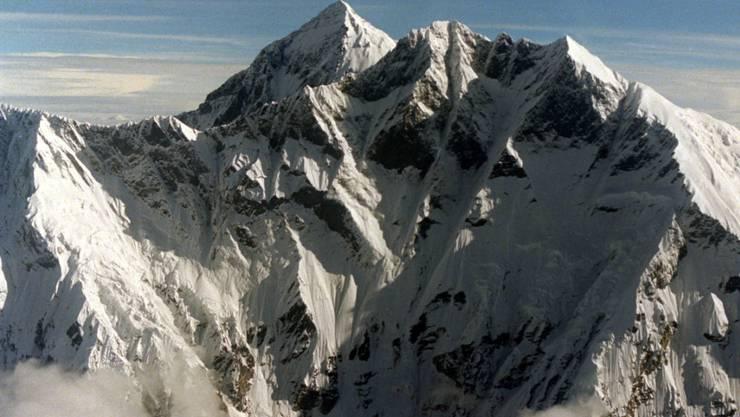 Forschende fanden winzige Teilchen aus Kunststoff einige hundert Meter unterhalb des Gipfels des Mount Everest, dem Dach der Welt. (Archivbild)