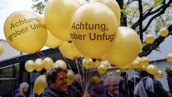 Sympathisanten der angeklagten Aktivisten kamen mit ironischen Protest-Ballonen vors Basler Strafgericht.