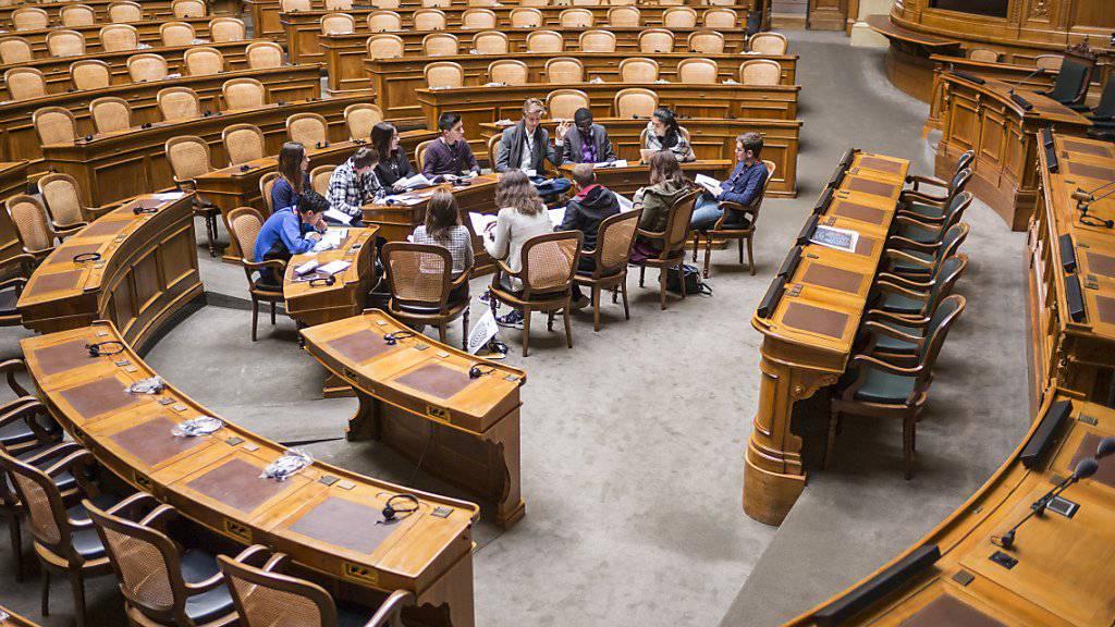 Arbeitsgruppe der Eidgenössischen Jugendsession an der Arbeit im Nationalratssaal: Der Nationalrat ist gegen das Stimm- und Wahlrechtsalter 16. (Archivbild)