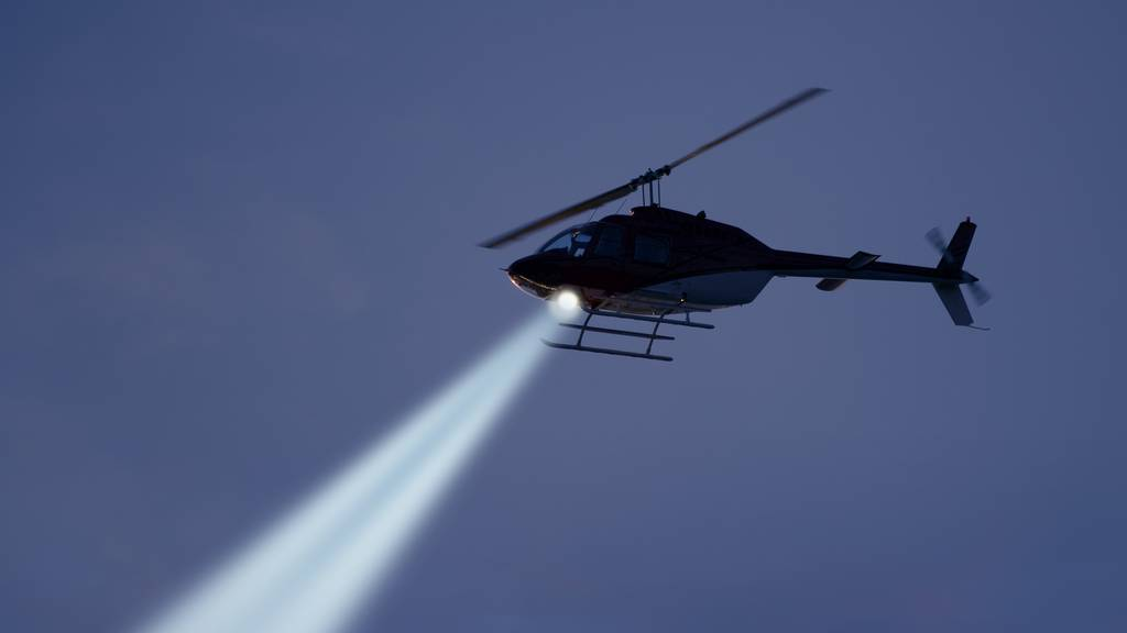 Die Helikopterpilotin sei gezwungen worden, über zwei nebeneinanderliegende Gefängnisse zu fliegen.