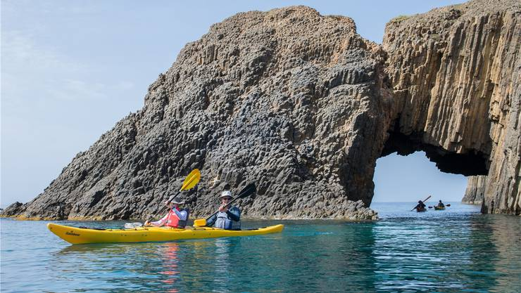 Kajak fahren vor der Küste von Milos: Wind, Wetter und Wellen haben die Felsen geformt.Sascha Rettig