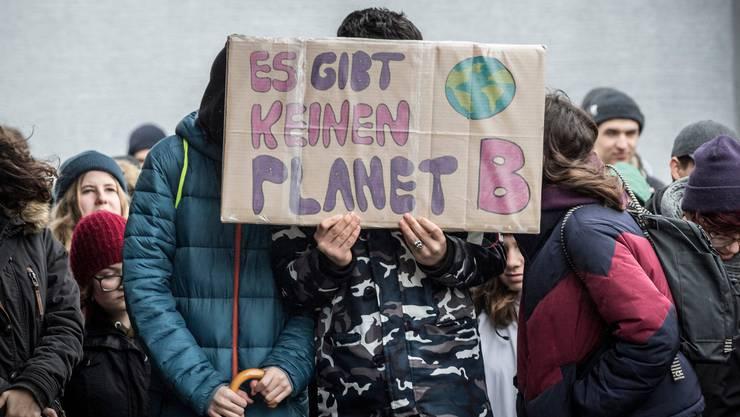 """Das """"Klimablatt"""" will die Klimafakten von der Strasse in die Briefkästen bringen: Hier eine Demonstration in Frauenfeld."""