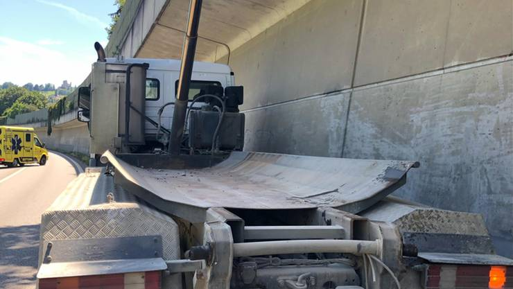Ein Muldenkipper kollidierte auf der A18 bei Aesch mit einer Fussgängerbrücke.