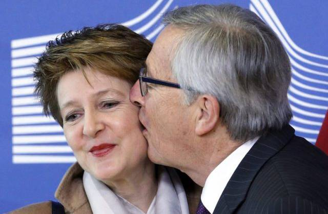 Trotz Kuss keine wirkliche Annäherung in der Politk: Juncker und Sommaruga.