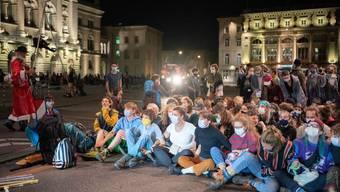 Protest knapp ein Jahr nach der grossen Klimademonstration: Aktivistinnen und Aktivisten besetzen am Montag früh den Bundesplatz in Bern.