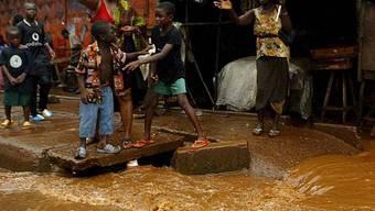 Menschen versuchen sich in Liberia vor den Fluten zu retten (Archiv)