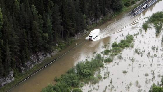 Land unter: Die Strasse zwischen Oslo und Trondheim ist in Ringebu überflutet