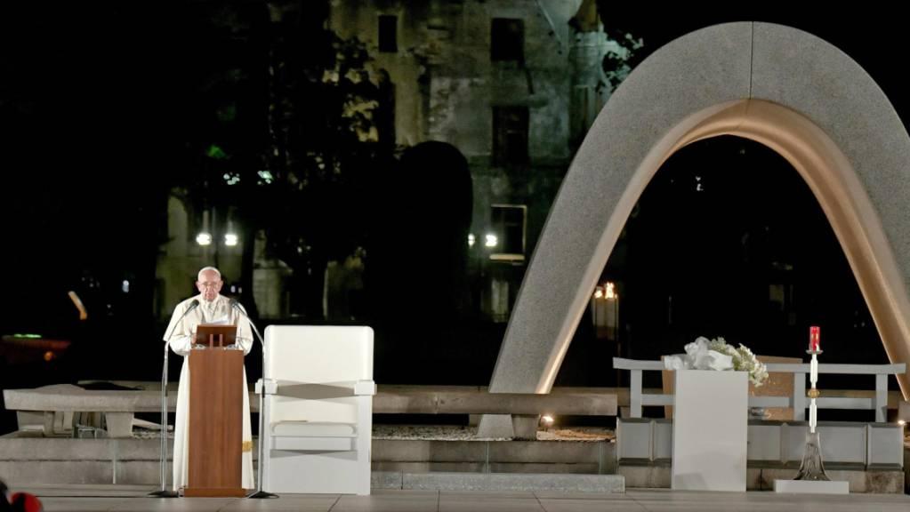 Der Papst sprach in Hiroshima an der Gedenkstätte für die Opfer des Atombombenabwurfs über der Stadt durch die USA am Ende des Zweiten Weltkriegs. Franziskus kritisierte die «perverse» Logik der atomaren Aufrüstung.