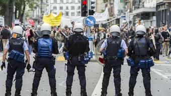Die Polizei versuchte die Nachdemo zunächst zu stoppen.