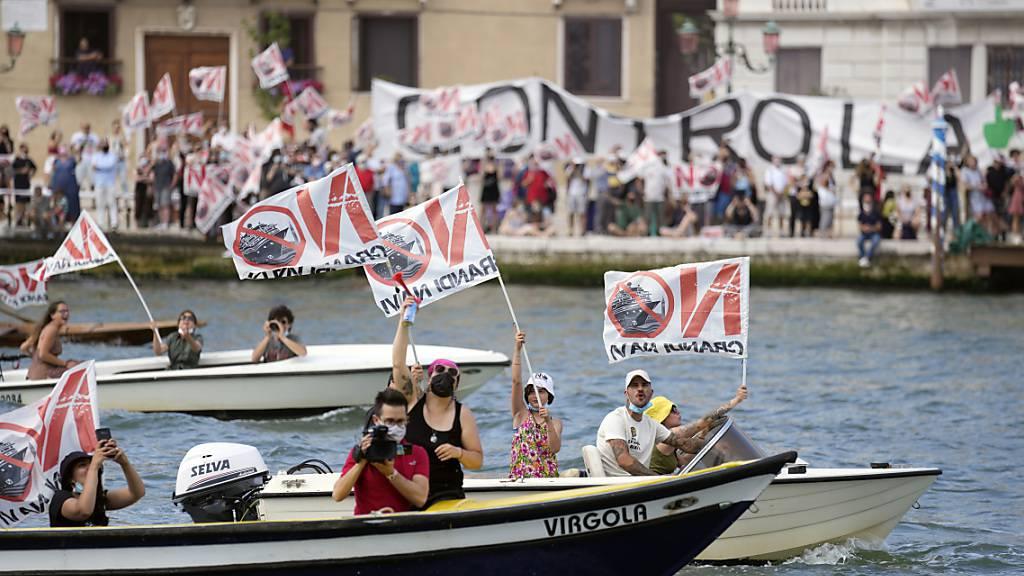 dpatopbilder - Erstmals seit Beginn der Corona-Pandemie hat wieder ein großes Kreuzfahrtschiff in Venedig abgelegt - unter lautstarkem Protest von «No Big Ships»-Aktivisten. Foto: Antonio Calanni/AP/dpa