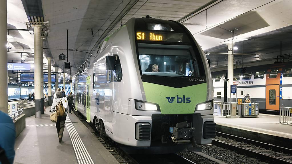 Wegen einer generellen Stellwerkstörung fallen derzeit auf den BLS-Linien von Bern nach Biel und Neuenburg teilweise Züge aus oder verkehren verspätet. (Archivbild)