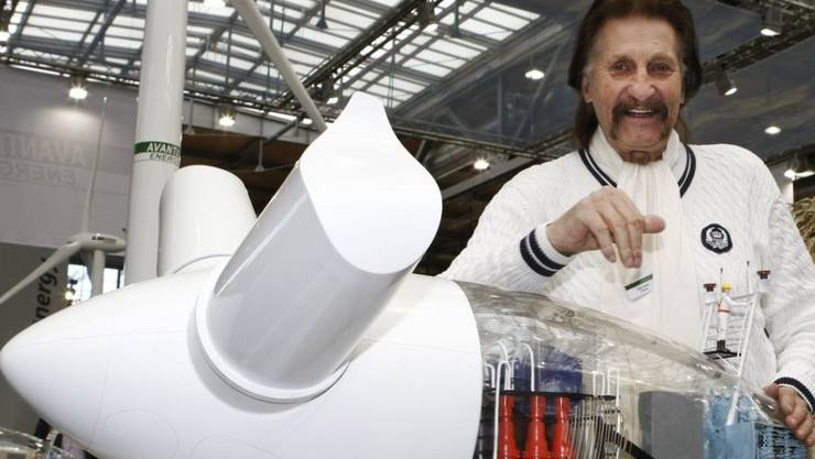 Der deutsche Designer Luigi Colani, hier 2009 auf der Hannover Messe an einem Model eines Windrades des Windanlagenherstellers Avantis Energy, ist am 16. September 2019 im Alter von 91 Jahren gestorben. (Archiv)