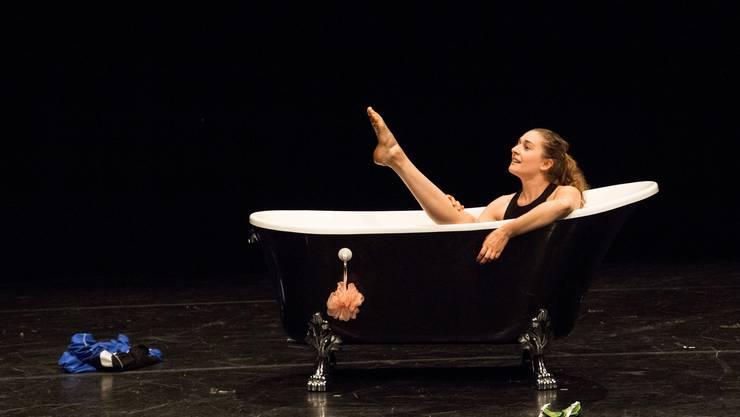 Mahalia Horvath führt auf der Bühne ihr Solo «Am Beckenrand» vor, das sie selber entwickelt hat.