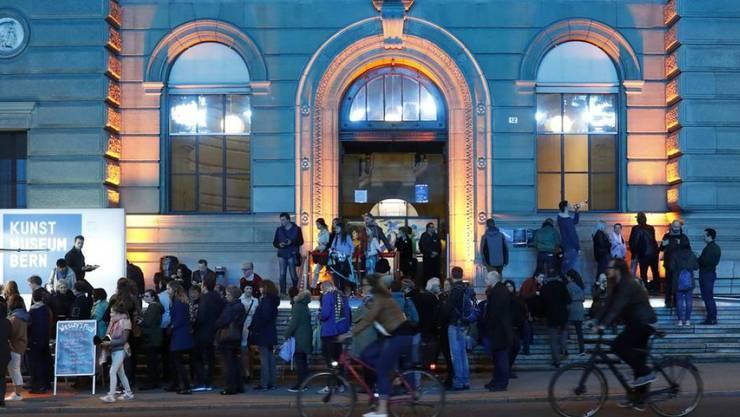 An der Museumsnacht haben rund 40 Institutionen ihre Tore für Besucher geöffnet. Hier stehen die Leute Schlange vor dem Kunstmuseum Bern.