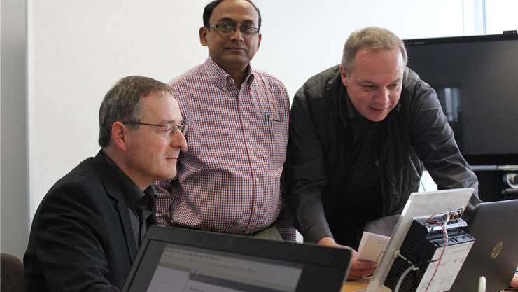Geschäftsführer Max Ulrich (links) und Daniel Wehrli (rechts) zeigen einem arabischen Handelspartner ihre neue Produktreihe. Chantal Gisler