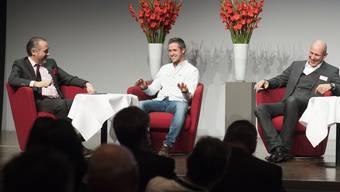 Sorgte nicht nur auf dem Podium für gute Stimmung: Tom Lüthi im Gespräch mit Moderator Hugo Bigi (l.) und seinem Manager Daniel M. Epp.