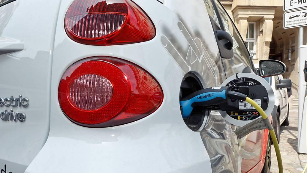 Elektroautos ziehen 2030 an Verbrennern vorbei. (Archivbild)