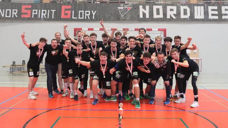 Die U19 Elite freut sich mächtig über ihren ersten Titel....