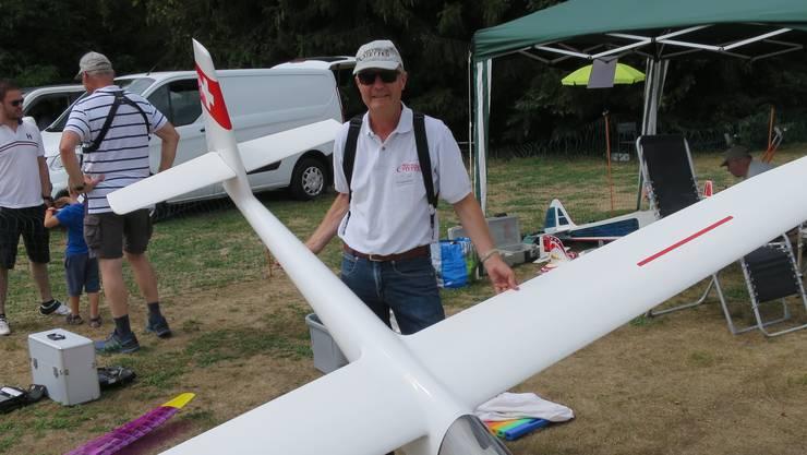 MGV-Präsi Adi Eggenberger mit seinem Grosssegler: Ist das wirklich ein Modell-Flugzeug? Ja, der Pilot bleibt am Boden.