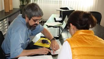 Motivationsschreiben to go: Elvio Pispico erklärt einer Frau, was er an ihrem Bewerbungsschreiben geändert hat.