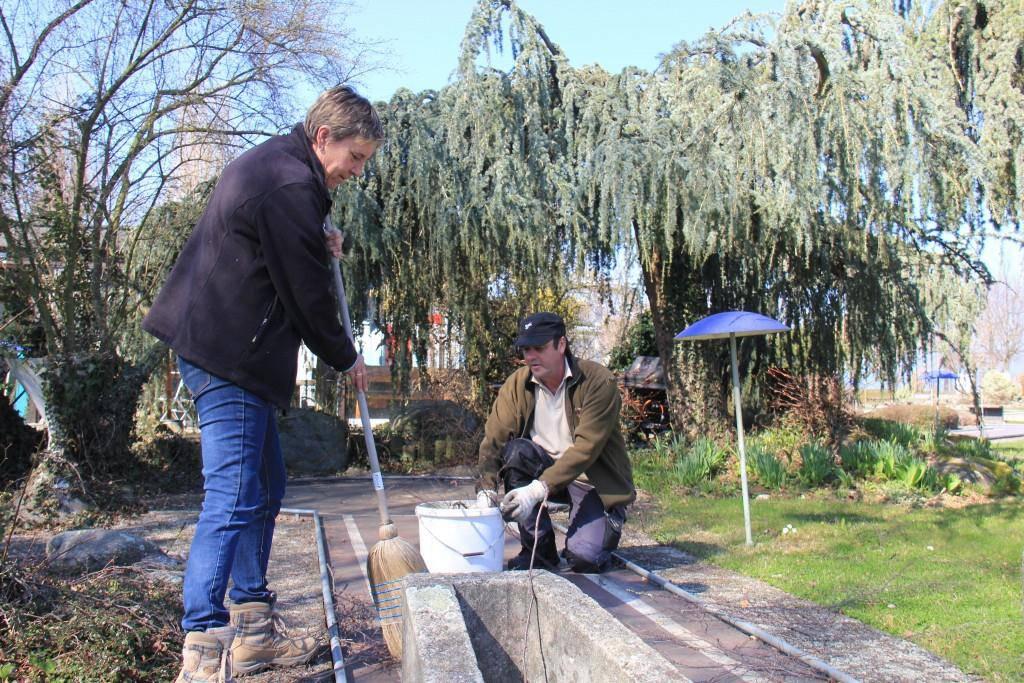 Priska und Ruedi Stark befreien die Minigolfbahnen von Ästen und Schmutz (© FM1Today/Stephanie Martina)