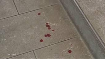 In Rothrist gipfelte eine Schlägerei in einer Messerstecherei. Die Kantonspolizei musste in der Nacht auf Sonntag gegen 2 Uhr ausrücken und fand zwei verletzte Männer im Freien vor. Eine weitere Person wurde wenig später in einem Hotelzimmer aufgespürt.