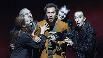 Faust, umgarnt von den vier Mephisti (von links): Barbara Stuten, Urs Bihler, Bernhard Glose, Rafael Tavares und Markus Schönen.