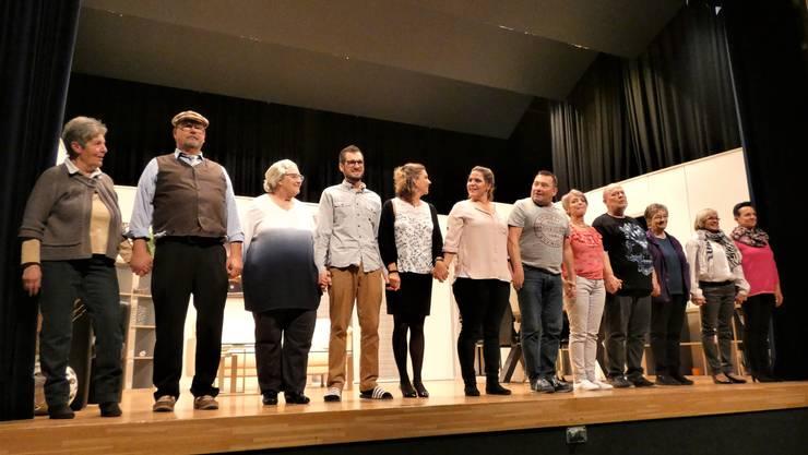 """Die Theatergruppe Bözberg präsentiert das Lustspiel """"Spaarmaasnaame"""". Unterstützt wird sie dabei vom Feuerwehrverein, dem Frauenchor und dem Kur- und Verkehrsverein Bözberg. Aufgeführt wird das Stück in der Turnhalle Chapf in Oberbözberg."""