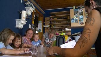"""Die Grossfamilie im Beitrag von """"Tele M1""""."""