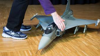 Das Modell eines Gripen-Kampfflugzeuges während einer Abstimmungsveranstaltung in Ennetbürgen. KEY