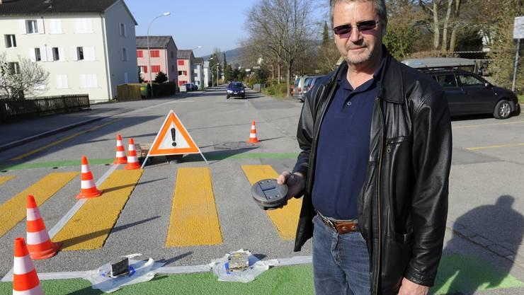 Michael Herzog hält eine neue LED-Bodenleuchte in der Hand.