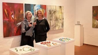 Lisa Brutschi (links) und Martha Brutschi zeigen farbenschöne Bilder und einzigartigen Glasperlenschmuck.