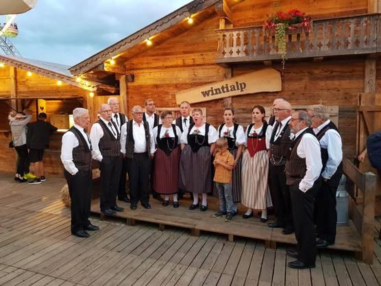 Auch am Abend im Jodlerdorf wurde kräftig gesungen