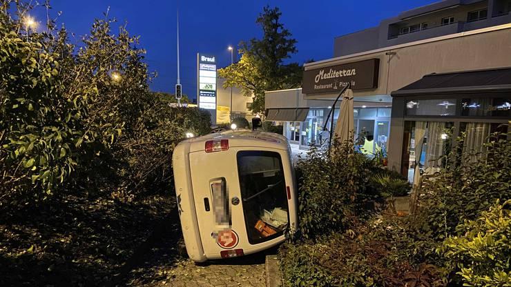 Der Lenker und seine Beifahrerin wurden leicht verletzt.
