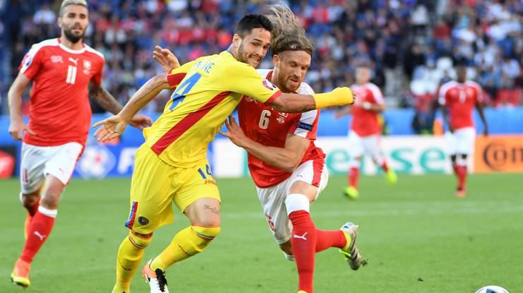 Bei wichtigen Spielen, wie der EM-Partie gegen Rumänien, wird Lang (rechts) eingewechselt.