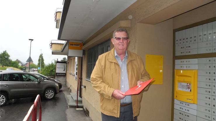 Martin Schwab vor der Poststelle Arch, die demnächst geschlossen werden soll. at.