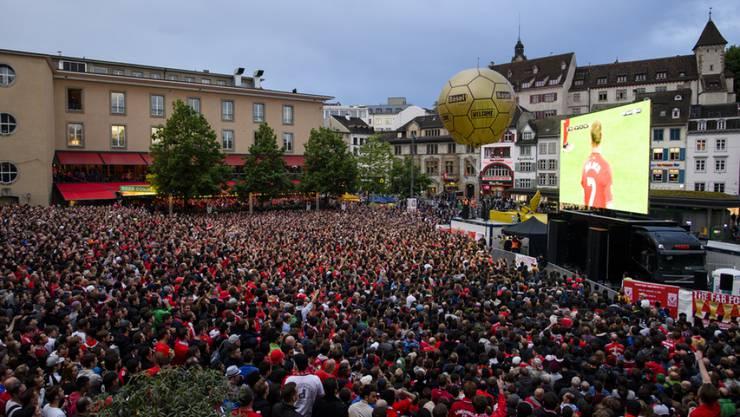 Hochburg der Liverpool Fans ausserhalb des St. Jakob-Stadions in Basel war der Barfüsserplatz, wo sich tausende zum Public Viewing versammelten.